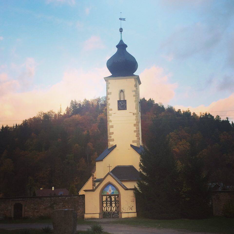 Kościół w Staniszowie na tle Góry Witosza, Wzgórza Łomnickie.