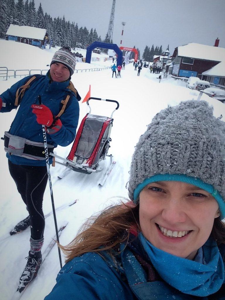 Rodzina z dzieckiem na nartach biegowych na Polanie Jakuszyckiej
