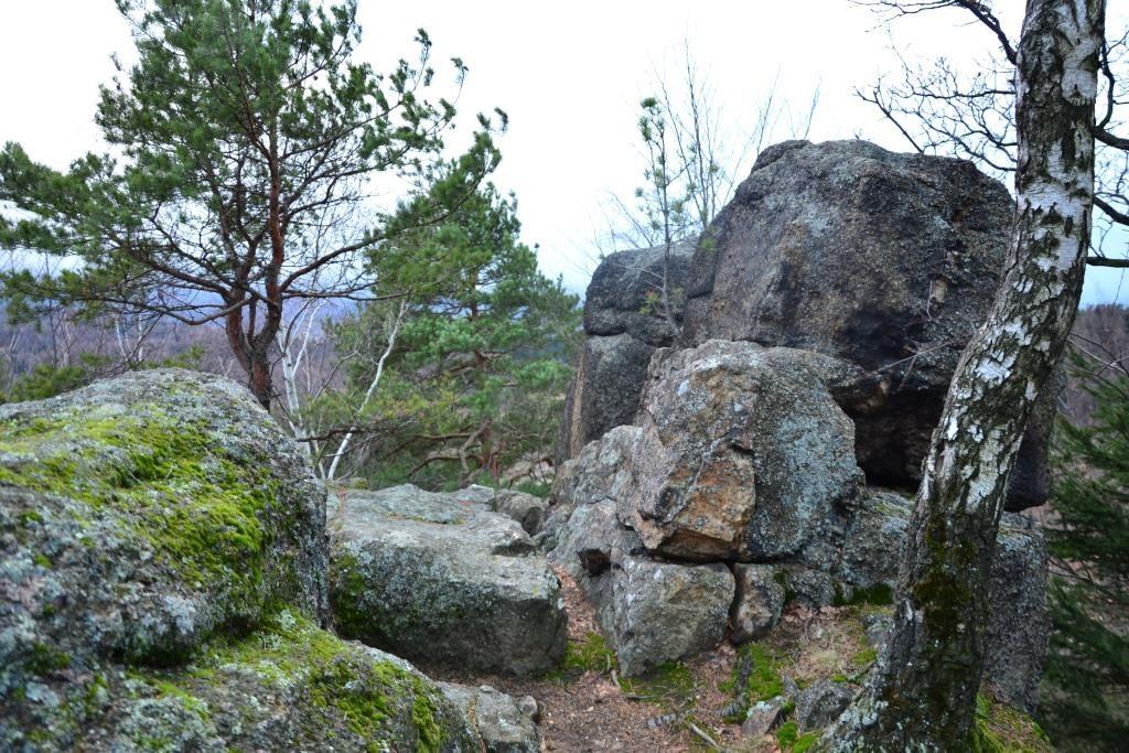 Na całej górze można spotkać wiele olbrzymich skał. Co widzisz na tym zdjęciu? Skały? Ja widzę statek kosmiczny.