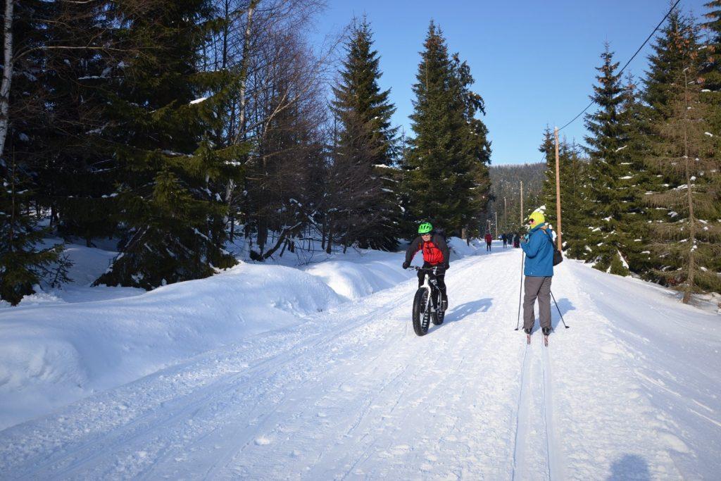 Kto powiedział, że zimą nie można jeździć w górach na rowerze. Może zatem i wózek dałby radę.