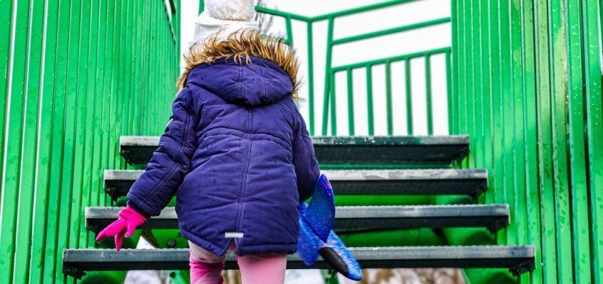 dziecko wchodzi po schodach na wieżę widokową w Kotowicach