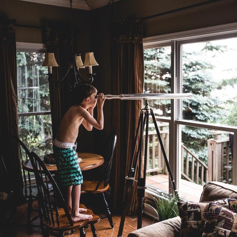 Chłopiec patrzy przez lunetę na las za oknem. Dlaczego do niego nie wyjdzie?