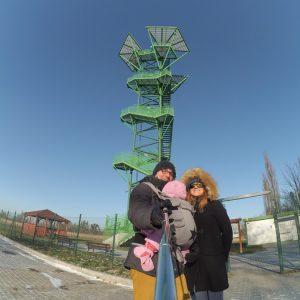 Wieża widokowa w Kotowicach z dzieckiem w nosidle