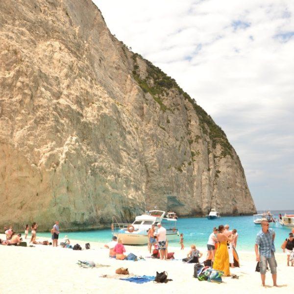 Tłumy turystów w Zatoce Wraku.