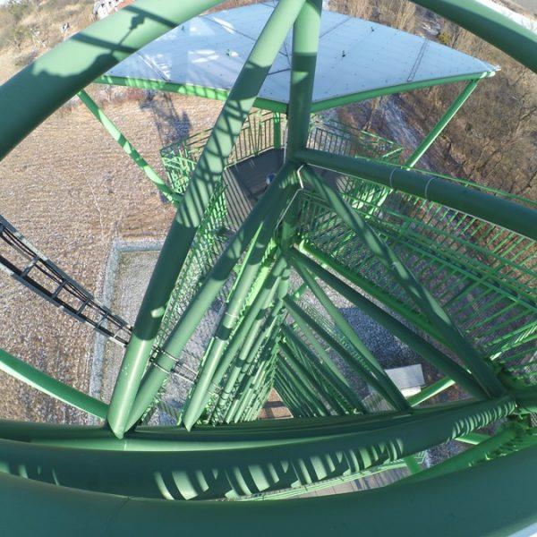 ażurowa konstrukcja wieży widokowej