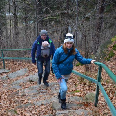 Wzdłuż całej trasy jest poręcz, która ułatwia wchodzenie po stromych stopniach.