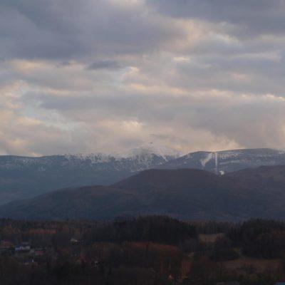 Widok na Śnieżkę ze szczytu Witoszy.