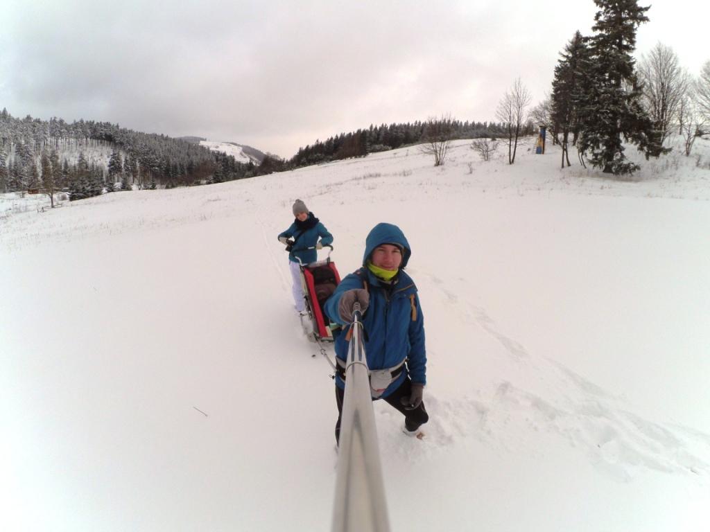 wyprawa w śniegu poza szlakiem
