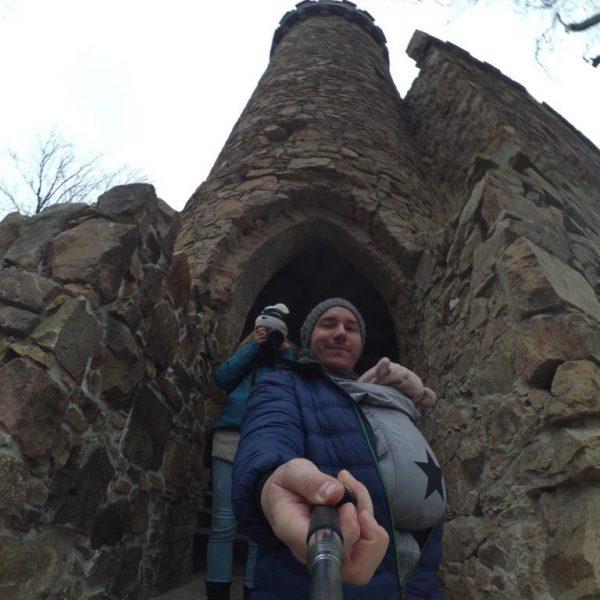 Wejście do zamku przez basztę. Aktualnie zbudowano w niej schody.