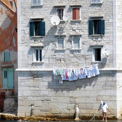 pranie suszące się nad wodą
