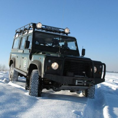 Zbieraj się, Gościniec pod Zielonym Jajem, Land Rover