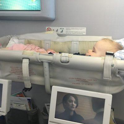 Kolyska_gondolka_w_samolocie-niemowlak