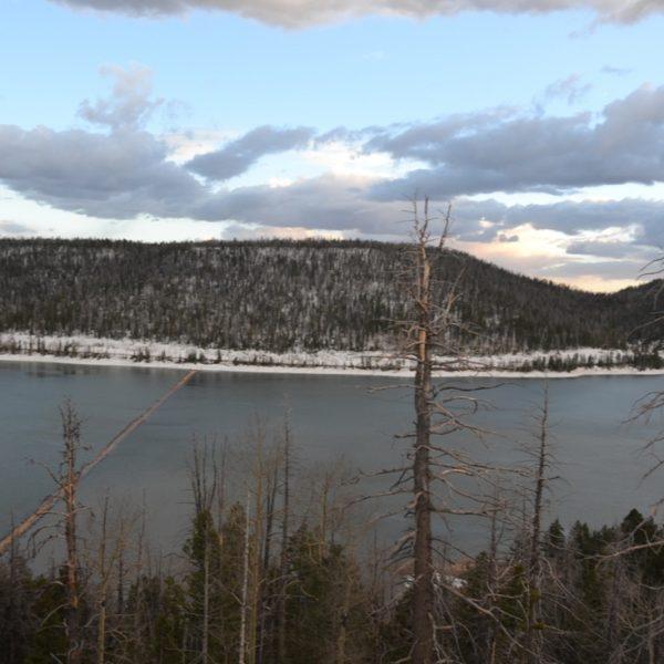 jezioro w sniegu