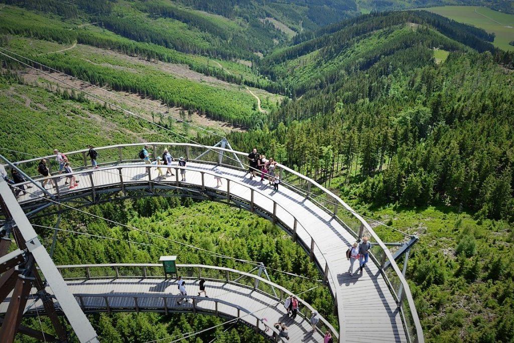 gdzie jechać z dzieckiem na Dolnym Śląsku i w okolicy - zbierajsie - Ścieżka w chmurach