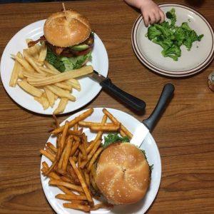 burgery i brokuł, posiłek w USA