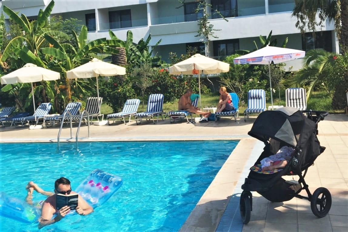 Jak zorganizować samodzielne wakacje_ odpoczynek w basenie