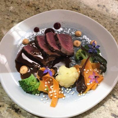 Stek z jelenia z warzywami z patelni i sosem demiglace z kurkami/ Restauracja Babinicz