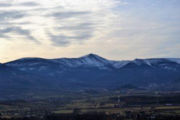 Kotlina Jeleniogórska: Wieża widokowa w Bukowcu z widokiem na Karkonosze