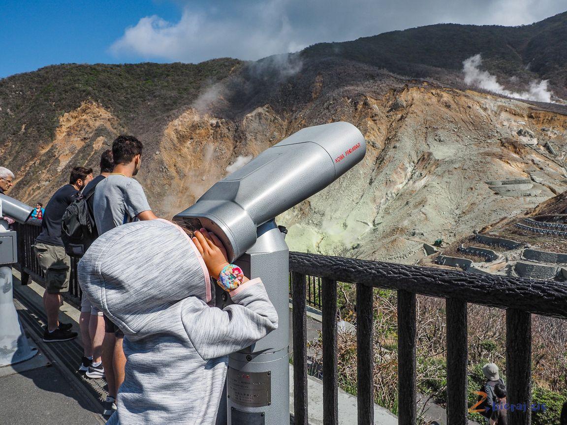 Owakudani region Hakone wJaponii, Sara patrzy przezlunetę