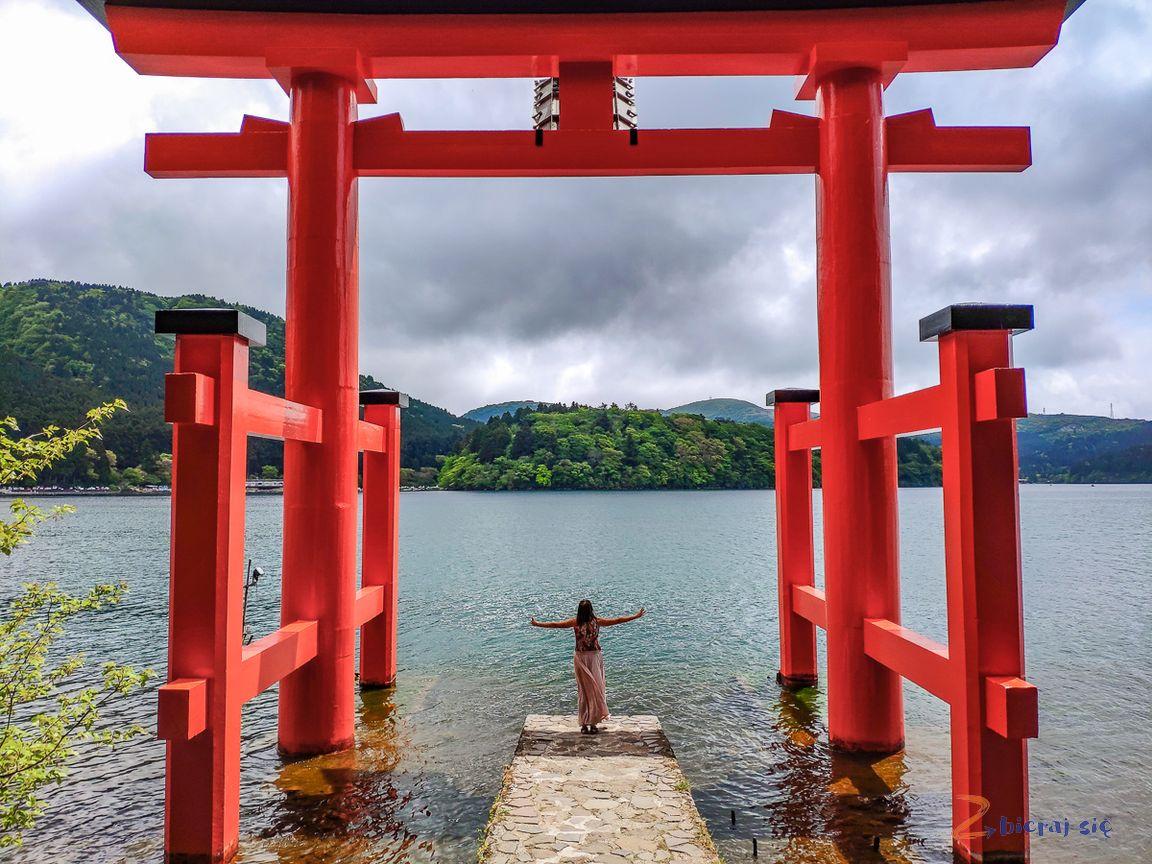 czerwona brama wjeziorze Ashi wregionie Hakone