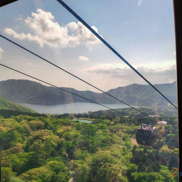 Z Doliny Owakudani, a także kolejki linowej widać położone wysoko w górach jezioro Ashinoko.
