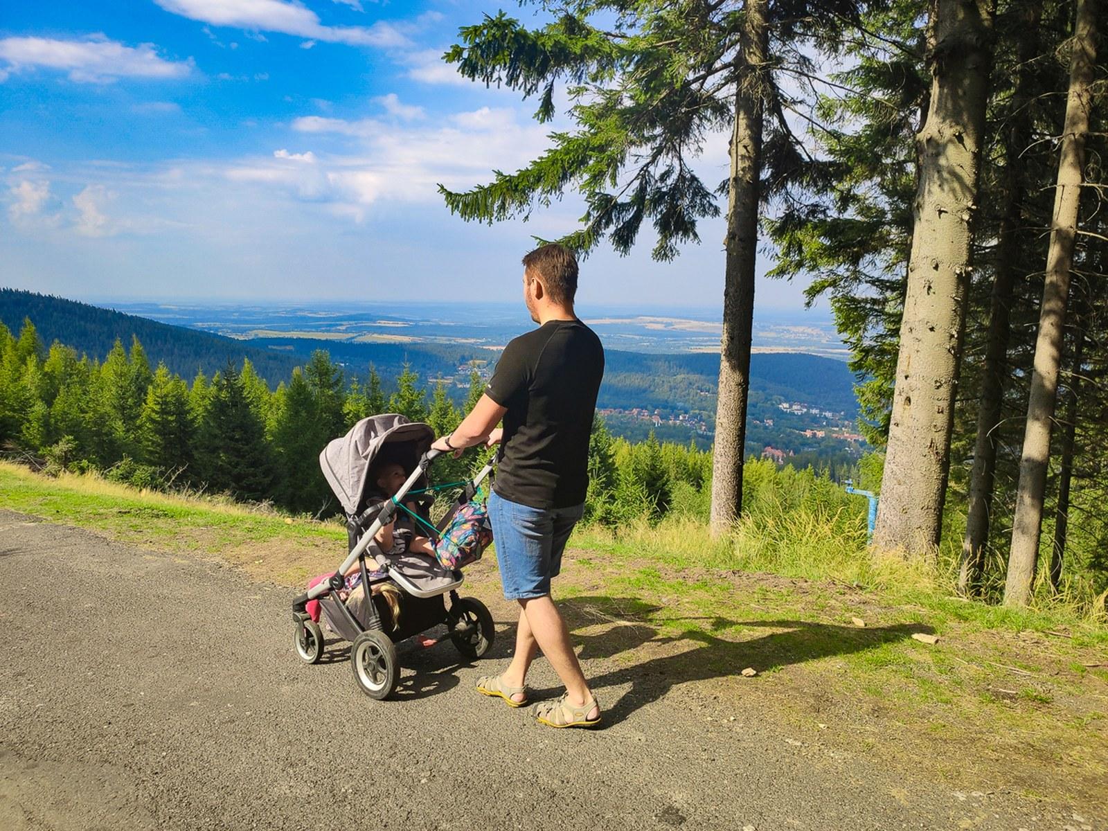 Górski spacer zwózkiem wŚwieradowie Zdroju - Góry Izerskie zwózkiem Thule Sleek