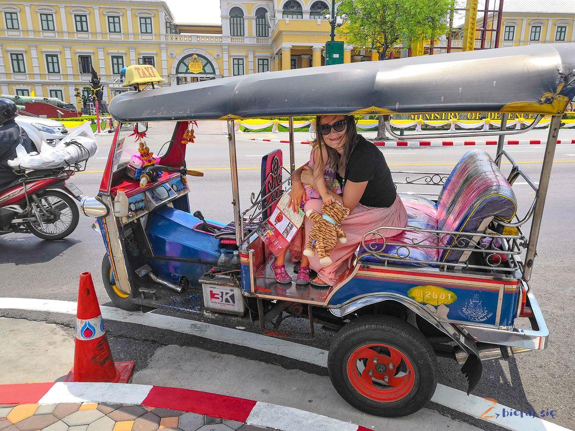 podróż doTajlandii zdzieckiem tojazda tuktukiem