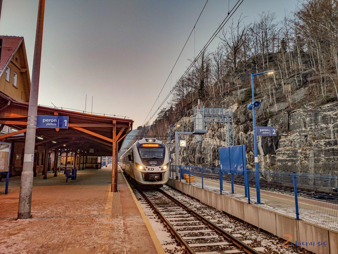 Stcja Szklarska Poręba Górna, Szklarska Poręba Górna! Pociąg doWrocławia Głównego wjeżdża nator 1 przy peronie 1!