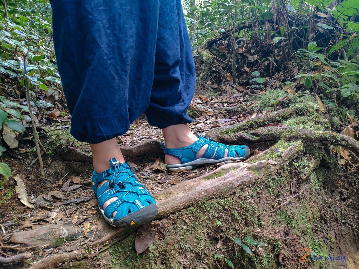Stoper zgumką jako zamknięcie sandałów