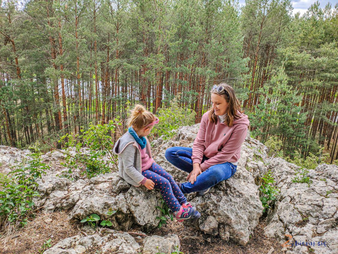 Góra św.Genowefy zwapiennym ostańcem, zza drzew wyłania się Warta