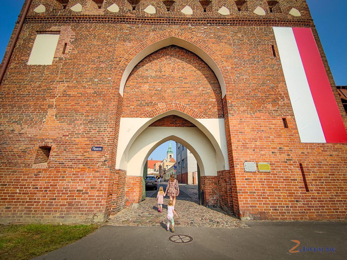 Torun_dla_dzieci_zbierajsie_brama_klasztorna