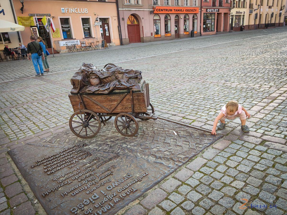 Torun_dla_dzieci_zbierajsie_zeliwny_wozek_prawo_piesci