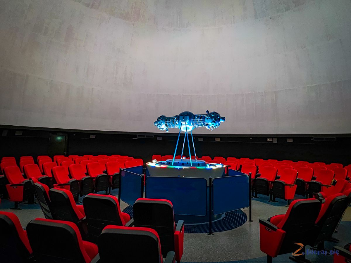 Torun_z_dziecmi_planetarium_sala_projekcyjna_film_zbierajsie (2)