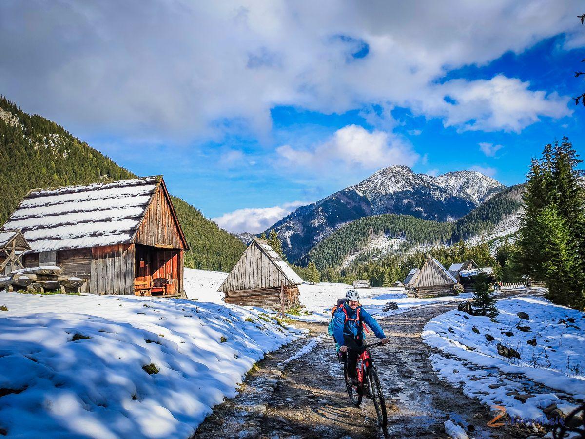 Dolina-chocholowska-z-dziecmi-tatry-rowerem-zbierajsie