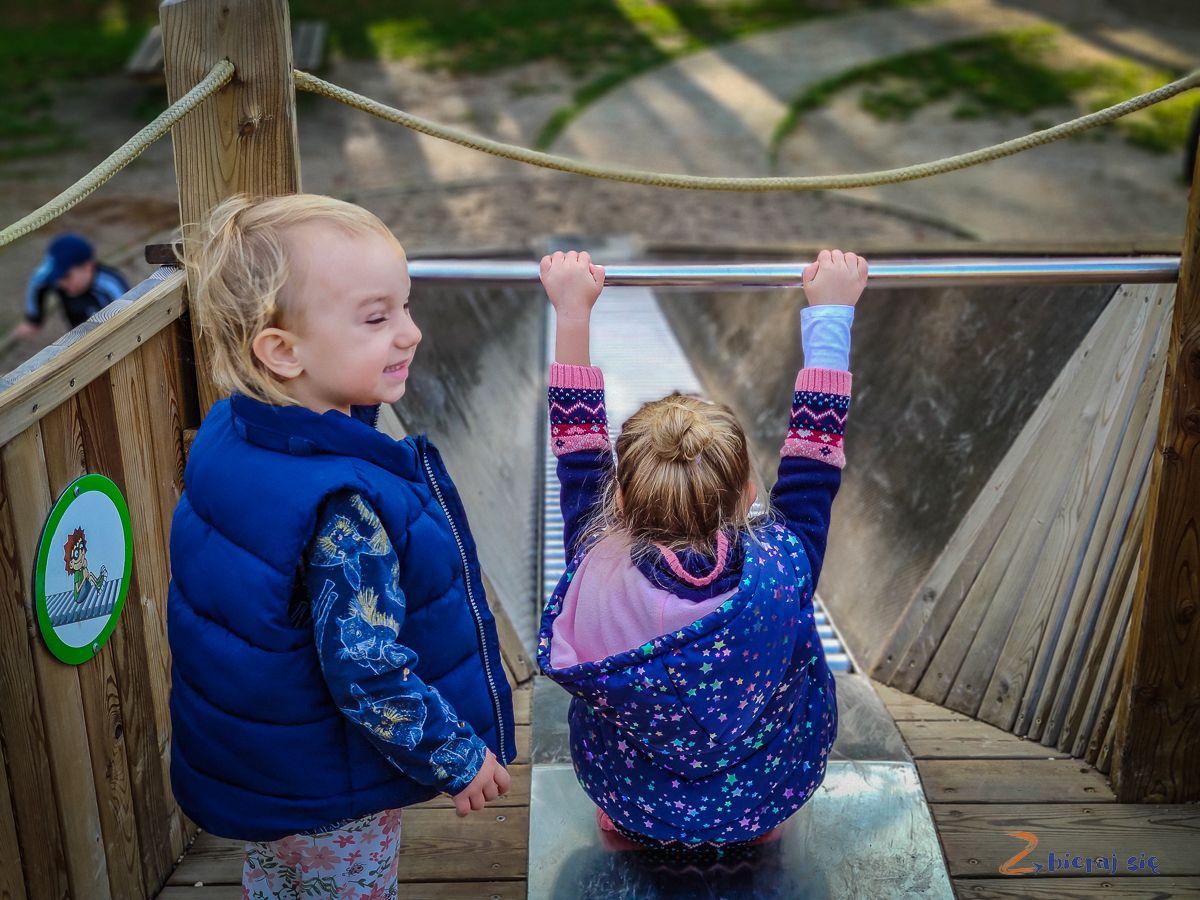Parki wLubinie: Park leśny wLubinie plac zabaw zjeżdżalnia