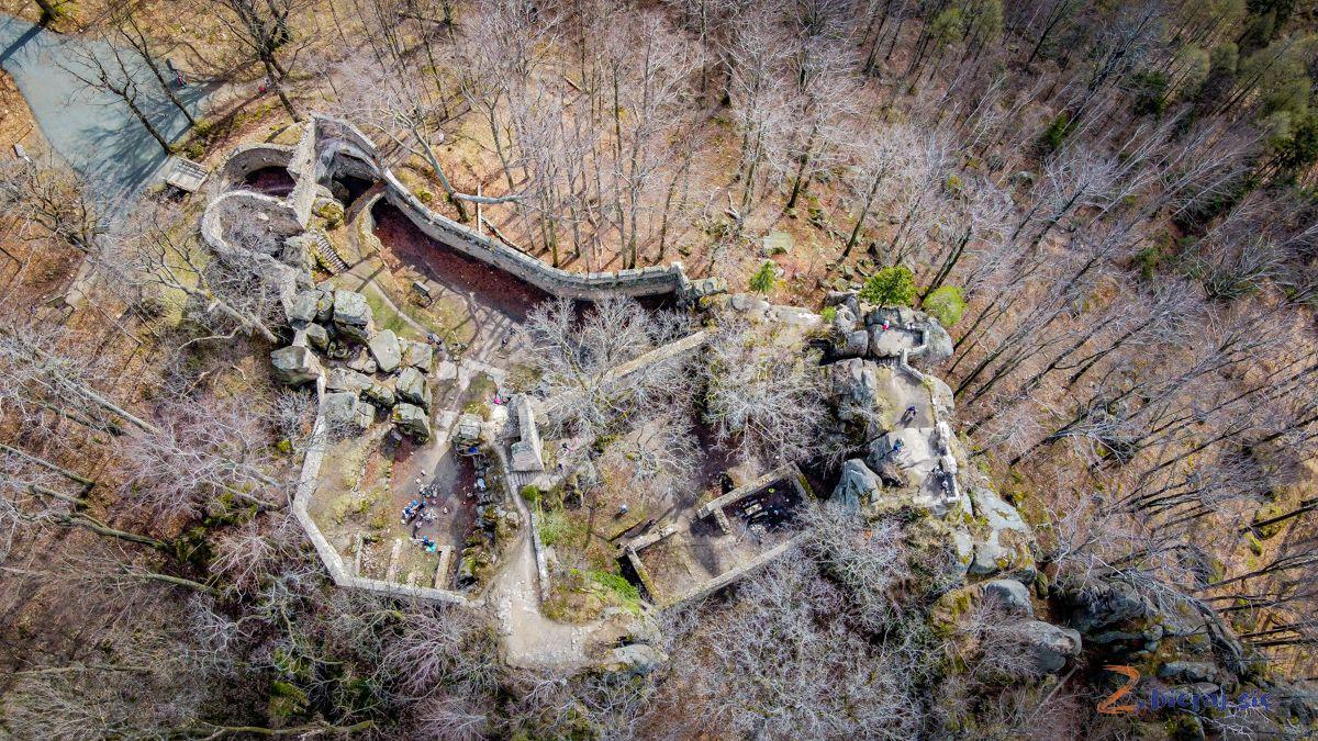 zamek-bolczow-z-wozkiem-rudawy-janowickie-zbierajsie (1)