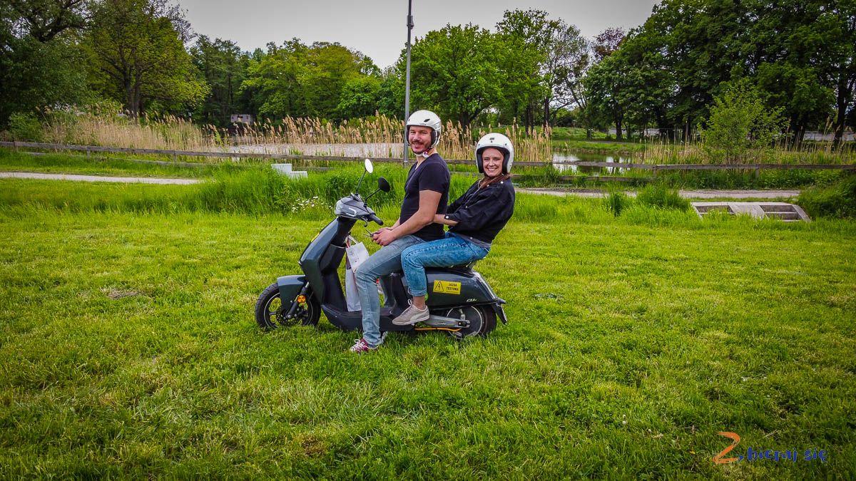 Skuter Super Soco nazielonej trawie